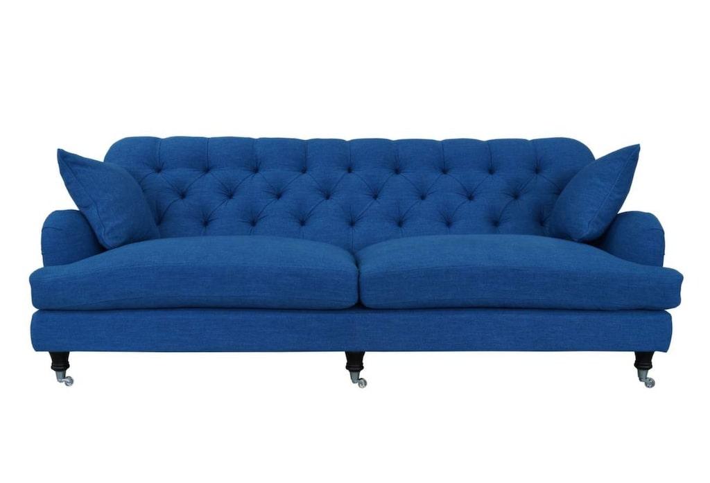 Färgstark Howardsoffa<br>Howardsoffa från Englesson med pikerad rygg, 3-sitssoffa, 220 centimeter bred, 22 900 kronor, Länna möbler.