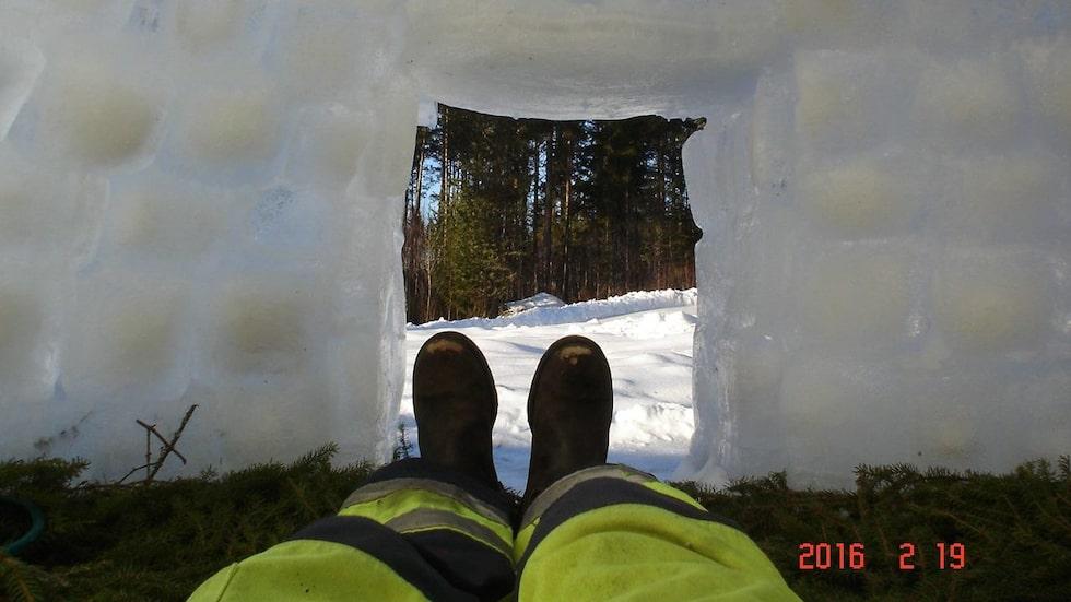 Här inne ligger Janne gärna och softar. Is-igloon tar cirka tio timmar att bygga och kräver 220 kuber. Den har en diameter på 2,2 meter.