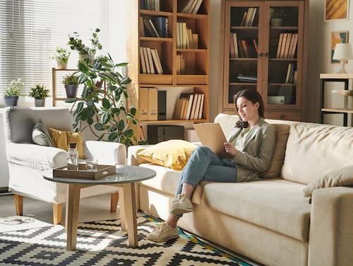 Ett snabbt knep är att dra ut soffan några decimeter från väggen, och kanske låta soffan komma in i rummet.