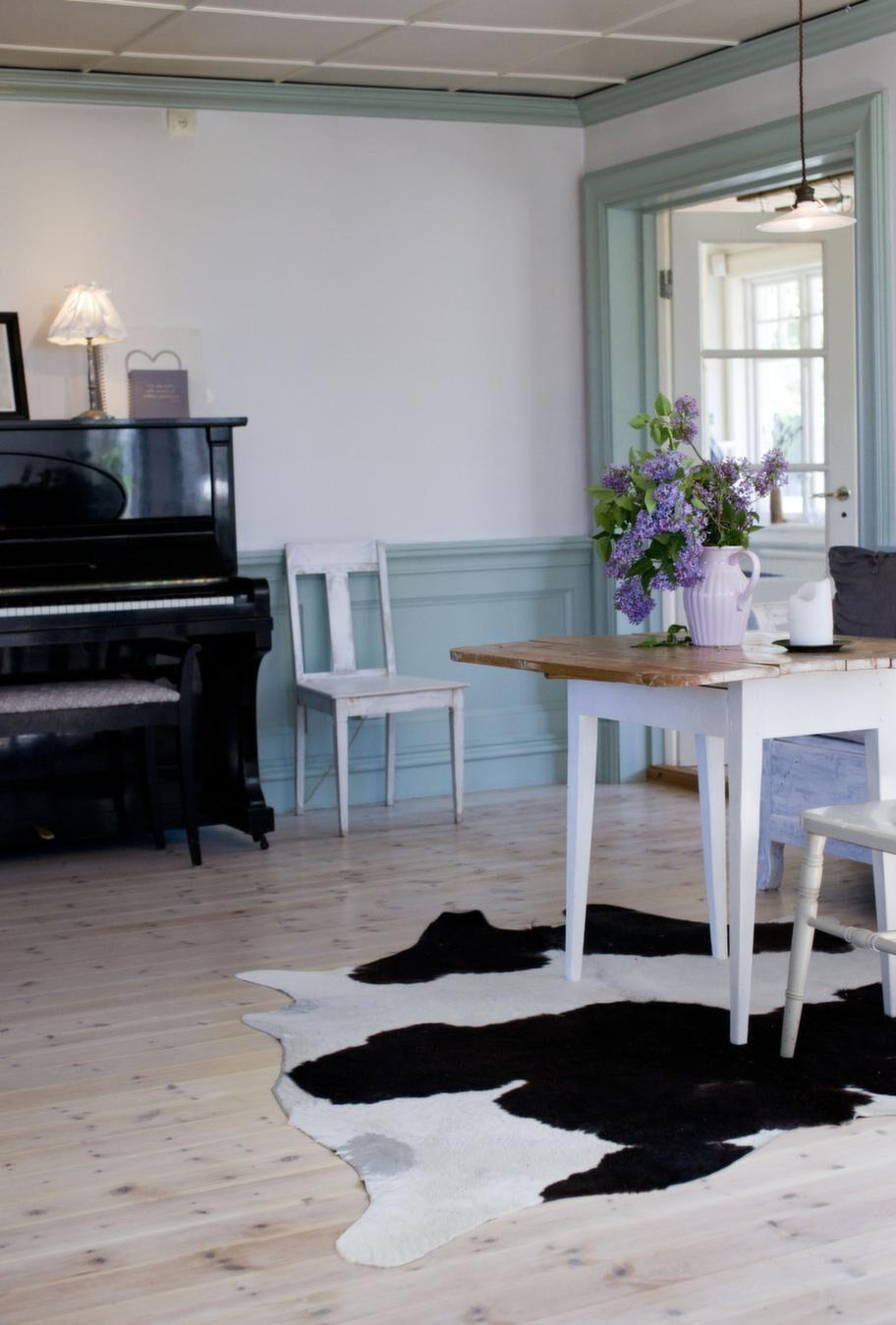 Vid pianot<br>Förutom matplats rymmer köket även en liten sittplats för läxor och lattestunder.