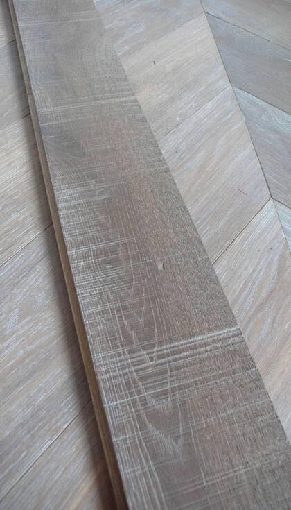 Rustik. Massiva ekgolvet Sawcut från Almedals golv med sågad yta för rustik känsla. Europeisk vitekgolv 885 kr/kvm, Sawcut-pålägg, 165, kr, ekensgolv.se.