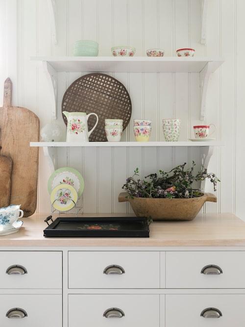 Det platsbyggda lantköket är ritat av Jennie och byggt av ett snickeri i trakten. Porslin, Greengate.