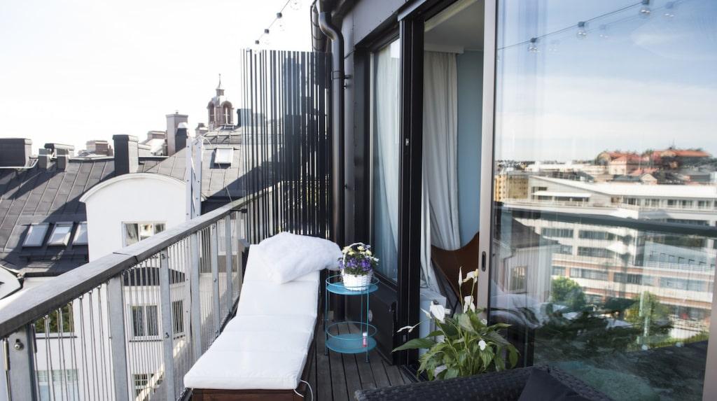 På de tre balkongerna står avkoppling i fokus med sköna loungemöbler och gröna växter.