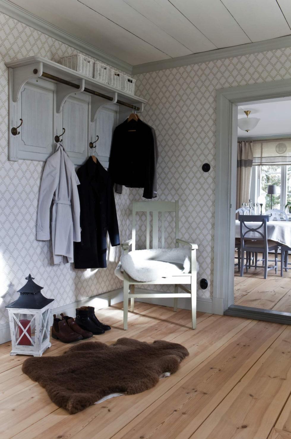 Lantlig stil i hallen. Den snygga hängaren är köpt i butiken Jacob & Mary i Vadstena. Tapeten kommer från Sandbergs.