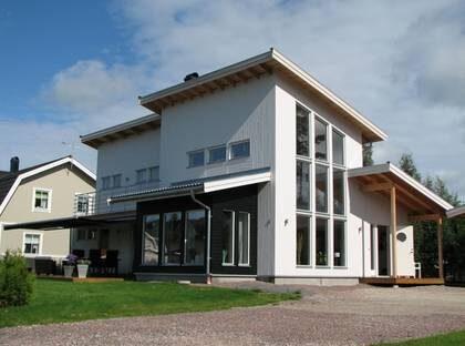 BERGKRISTALLEN - Här är huset med ett vardagsrum som en kyrksal. TYP: 2-planshus med sex rum och kök på 163,6 kvadratmeter. PRIS: 2 540 000 kronor, inklusive bergvärmepump. Exklusive borrning. 15 526 kronor kvadratmetern. HUSFÖRETAG:  Fiskarhedenvillan www.fiskarhedenvillan.se
