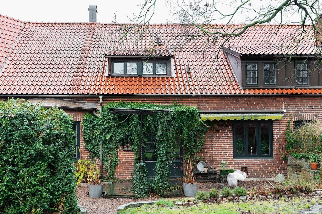 Huset byggt på 1920-talet har en mysig trädgård på baksidan där murgrönan slingrar sig upp på pergolan.