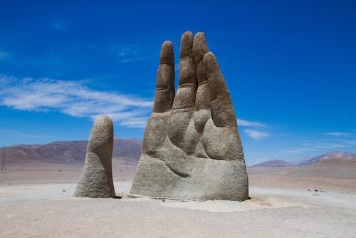 I Atacamaöknen i norra Chile reser sig en 11 meter hög hand.