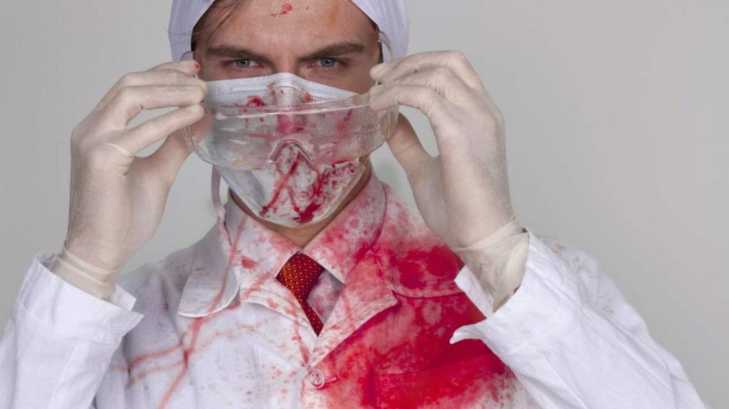 Blodfläckar är knepiga att ha att göra med. Tvättmedel med enzymer är bra.