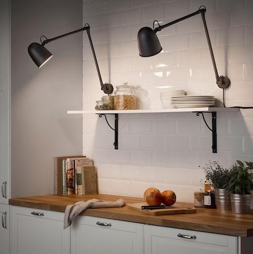 Den riktade funktionsbelysningen behöver vi för att inte överanstränga ögonen och är väldigt viktig även i vardagliga situationer som vid köksbänken. Skurup vägglampa, Ikea.