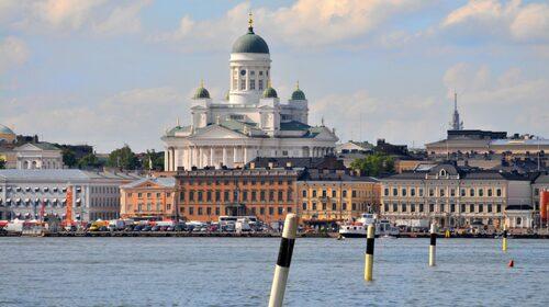 Helsingfors vita domkyrka höjer sig över hamnen.