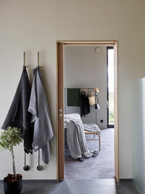 Badrum finns intill sovrummet.