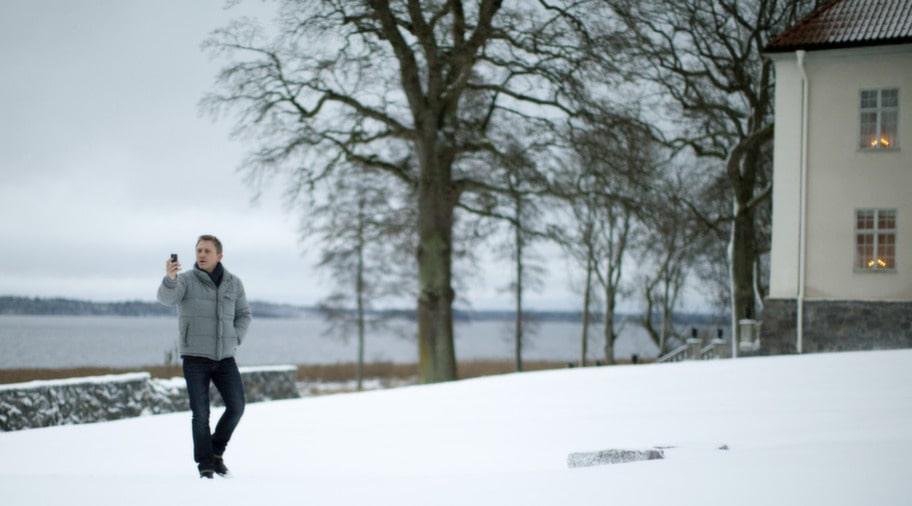 Familjen Vanger bor på en herrgård i det fiktiva Hedestad på obestämd plats norr om Stockholm. I filmen får Hofsta säteri i Björkvik två mil sydost om Katrineholm föreställa herrgården.