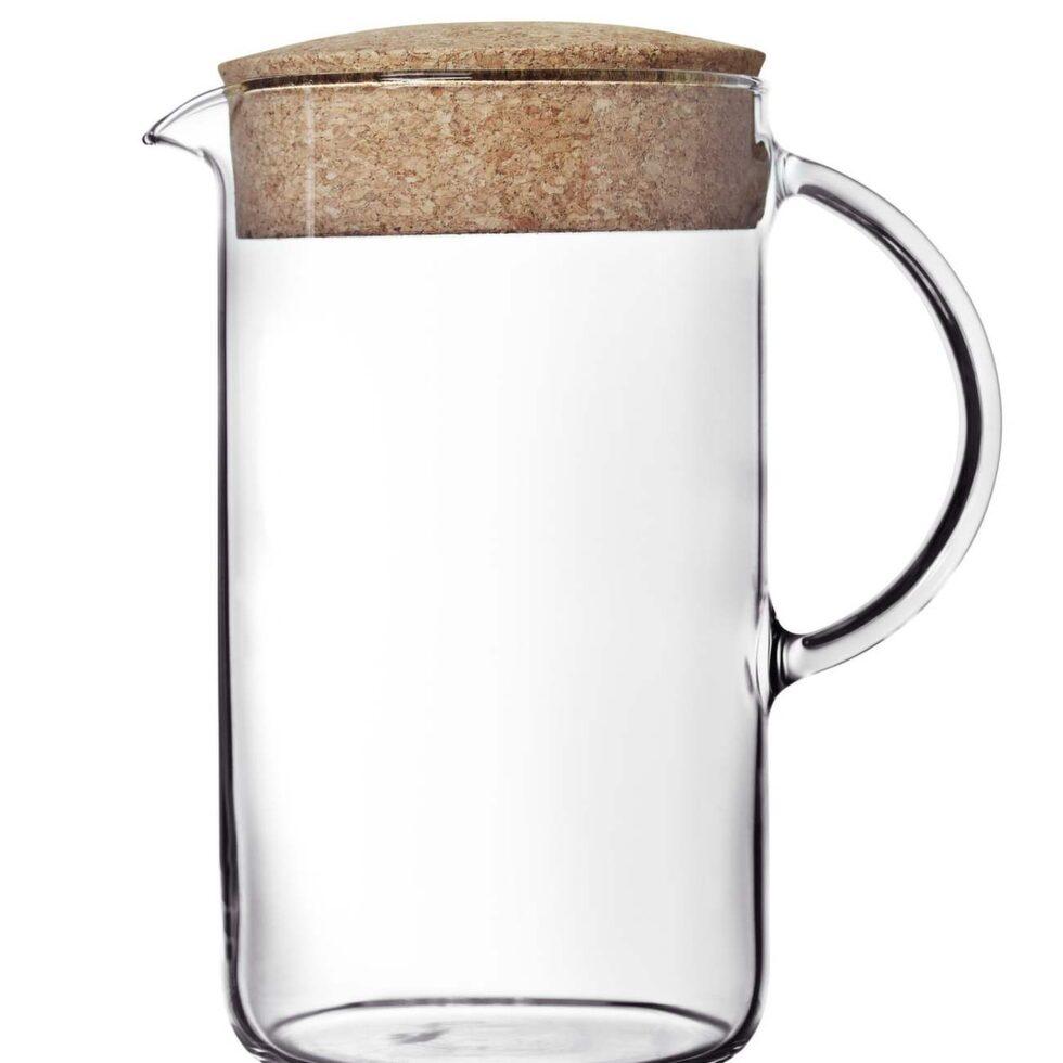 Fint till köket är glasserien Ikea 365+. En avskalad och elegant stil som lär hålla över tid. Tillbringare med korklock, 1,5 liter, 79 kronor.