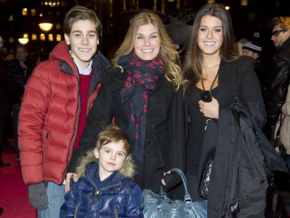 """2012. På premiären av """"Dirty dancing"""" med de yngre barnen Benjamin, (i dag) 17, Bianca, 19, och minstingen Theo, 7."""