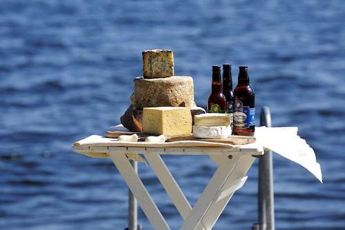 Anna Kälvebrand bjuder på lokala smaker och några av ostarna doppas i öl från Waxholms bryggeri.