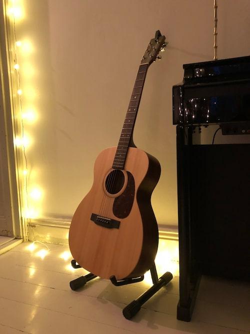 Gitarren är Charlies bästa inredningsdetalj.