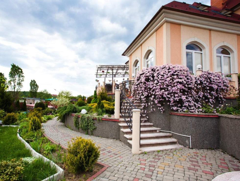 Ett större hem och vackrare trädgård är något av det som gör oss mest avundsjuka.