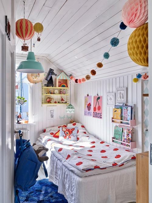 Svens mysiga rum som byggdes när ett tidigare rum delade i två. Lakan, H&M Home. Poster över sängen Wolfnoodle. Luftballonger, Rum21.