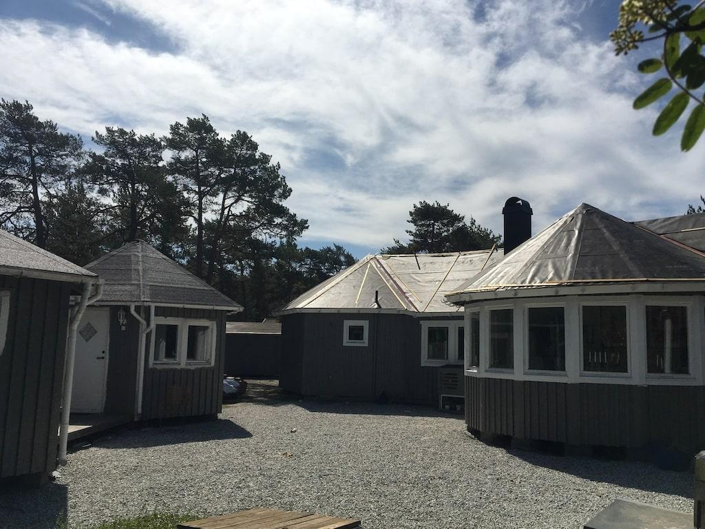 """För att få ett harmoniskt avslut på huset planerar Mari Jungstedt att bygga ett torn. Det ska ha samma form som kupolerna. I tornet ska hon ha sitt sovrum. """"Ovanpå vill jag ha ett sitta-och-mysa-rum. Har jag tur ser jag ut till havet."""""""