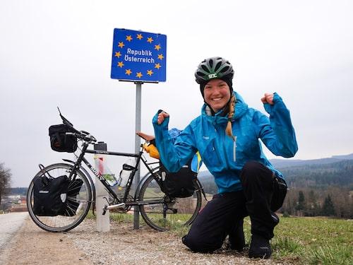 Fredrika Ek korsar gränsen till Österrike – en av hennes favoriter på resan.