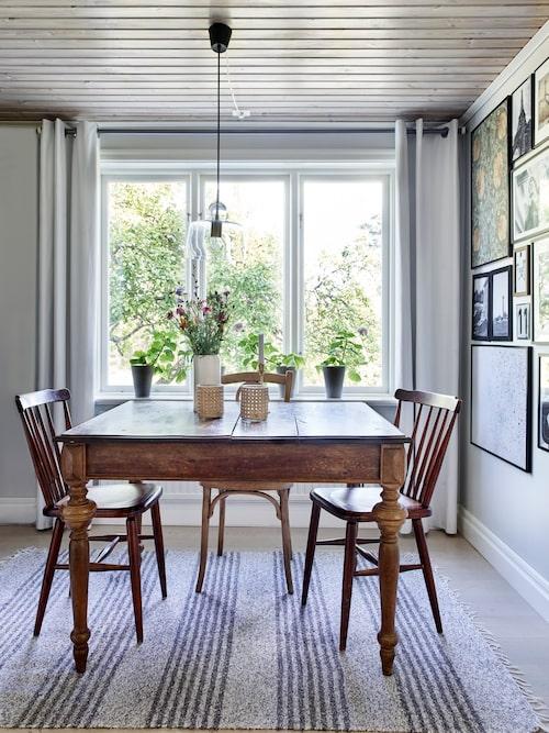 I matrummet intill köket står en matgrupp av second handfyndade möbler.