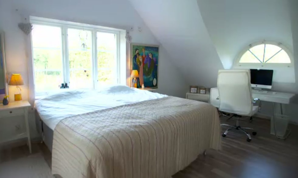 Sovrummet på övervåningen är ljus och rymmer även en arbetshörna.
