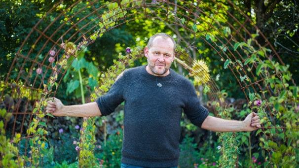 """Trädgårdsmästaren John Taylor är aktuell med en ny säsong av """"Trädgårdstider"""". """"Det är riktigt härliga medarbetare framför och bakom kameran. Vi är nästan som syskon eller bästa vänner, kan allt om varandra och vet precis hur vi ska skruva upp för att retas."""""""