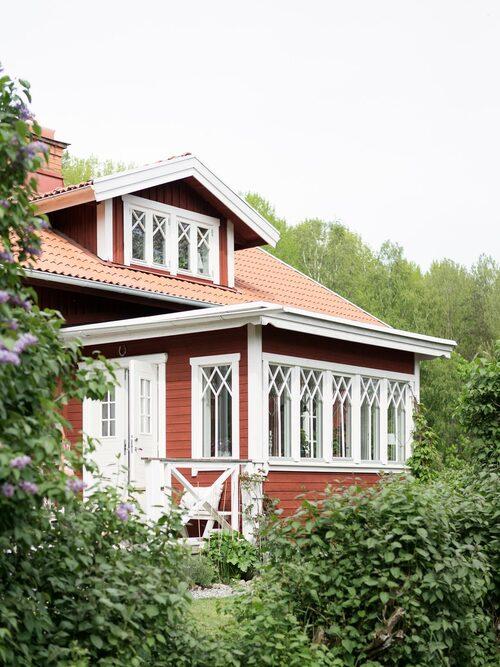 När glasverandan, som Linda byggt, kom på plats blev huset komplett.