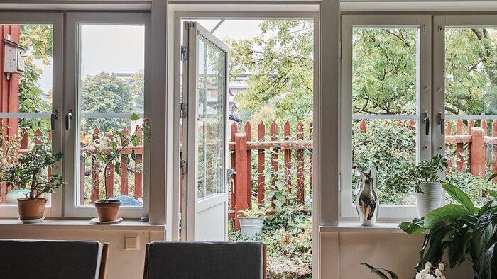 Fönster och altandörr mot uteplatsen.