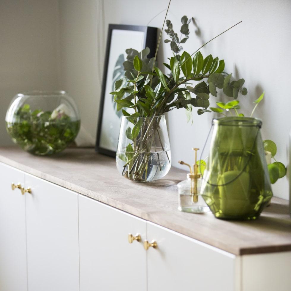 Förvaring. Den praktiska skänken i vardagsrummet har Johan och Malin byggt av skåp från Ikea och en ekskiva.