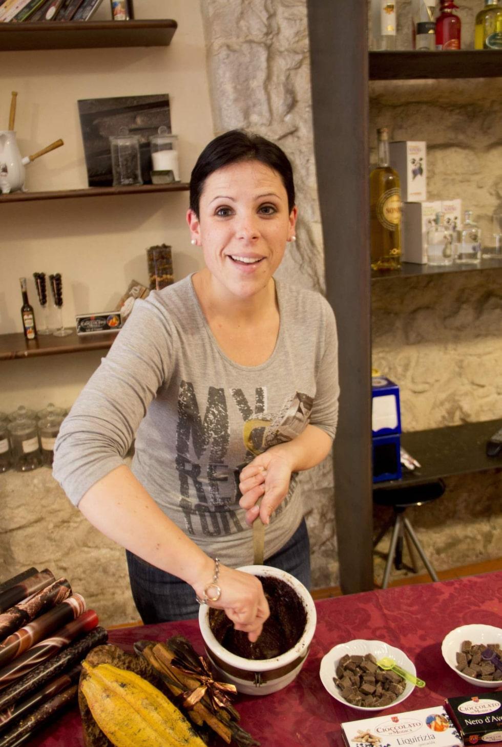 Chokladtillverkning. Laura Garraga tillverkar choklad i butiken Antica Dolceria Rizza, i staden Modica.