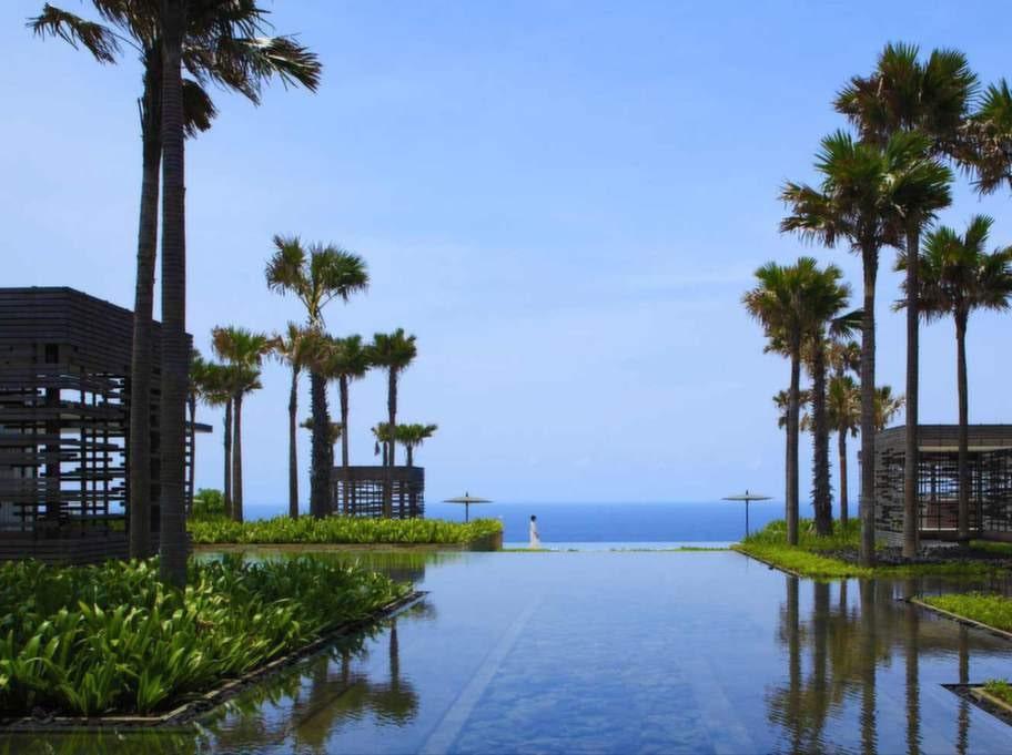 Alila Villas Uluwatu, Bali, Indonesien. På en klippkant 100 meter ovan Indiska oceanen ligger detta vidunderligt vackra hotell med en infinitypool som sträcker sig ut mot horisonten.