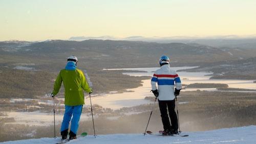 På toppen av Funäsdalsberget. Gondolen väver ihop berget med byn. Hit är det lätt att ta sig upp – och ner, för den som inte vill åka skidor utan kanske bara äta en bit mat i toppstugan.