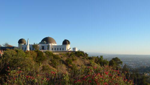 Se solnedgången vid Griffith observatory.