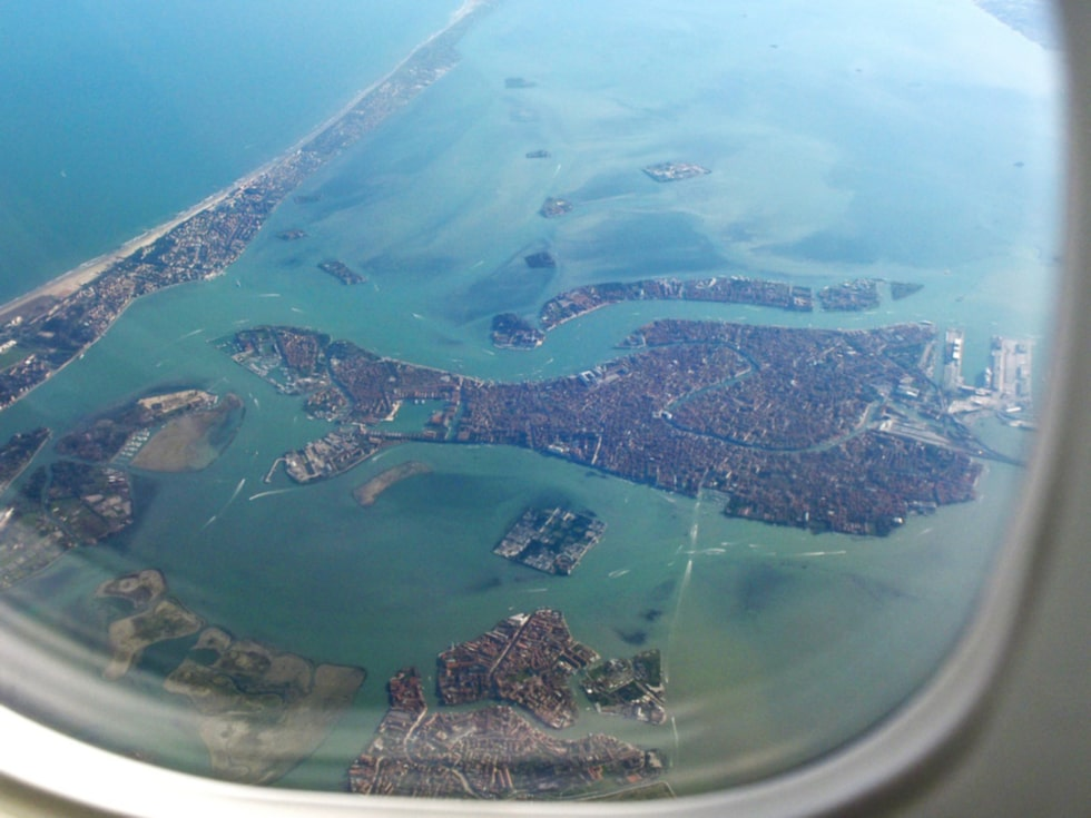 Venedig från ovan. På bilden syns andra öar, som avlånga Lido och närmast Murano.