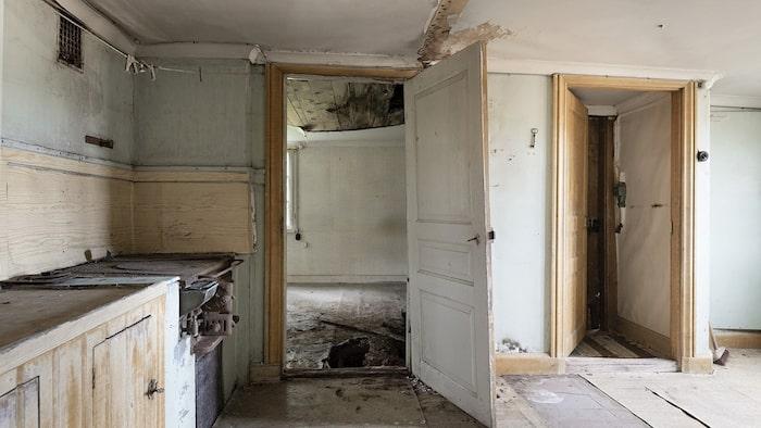 Här finns att göra för den renoveringssugne... Den gamla spisen är kvar i köket.