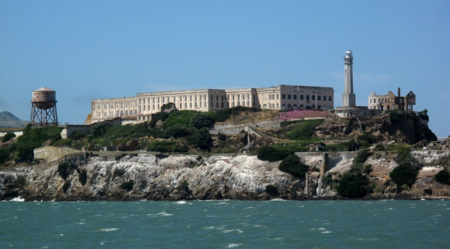 Från Pier 39 vid Golden Gate-bron kan du också ta båten till fängelseön Alcatraz.