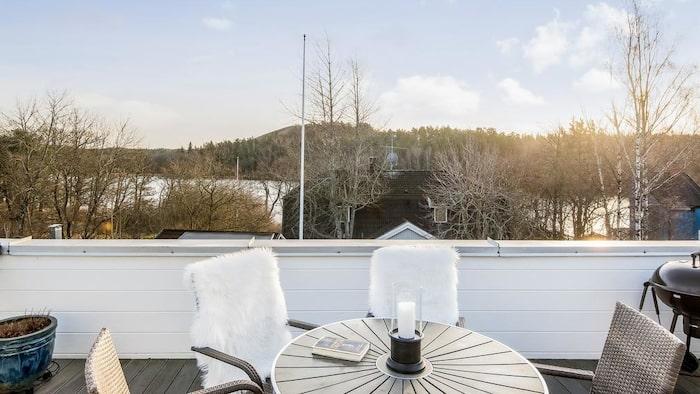 Från balkongen har man utsikt till vattnet.