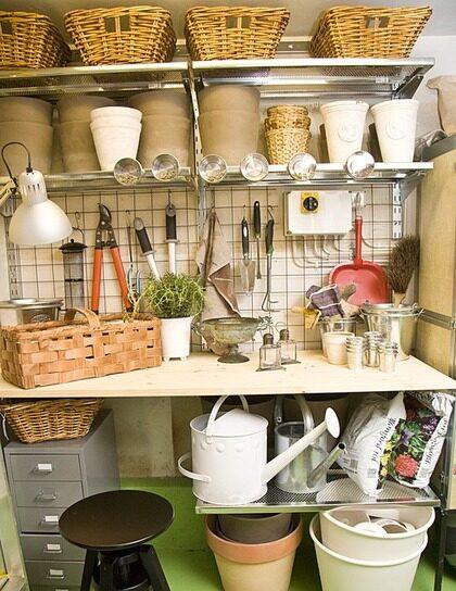 strategiskt. Ett planteringsbord, strategiskt precis innanför garagedörrarna, med hyllor för krukor och redskap, uppskattar Annika mycket. Med s-kokar är det lätt att hänga upp saker på armeringsnätet, Fredells.