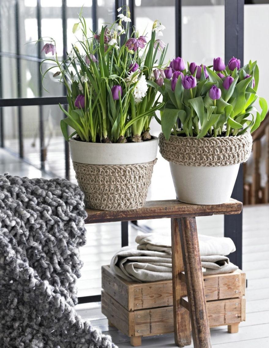 Våräng. Rosalila tulpaner, kungsängs-liljor, både vita och röda, och hyacinter bildar en riktig våräng. Du kanske har stickat muddar och muffar i vinter? Testa att göra några till krukorna. Använd grova stickor, lägg upp det antal maskor som muffen ska vara bred och sticka rätstickning till du har rätt längd. Sy ihop muffen och trä på krukan. Här kan färgen på snöret ändra hela arrangemangets utseende.