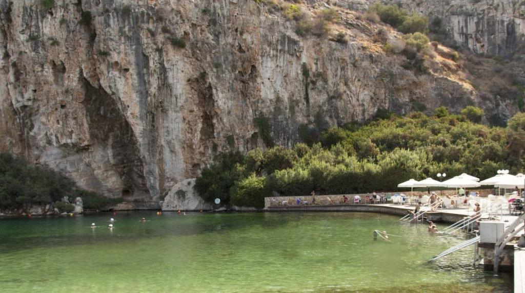 Vouliagmeni rymmer flera av Grekland lyxigaste hus och villor. Här finns också fina stränder, lyxhotell och topprestauranger.