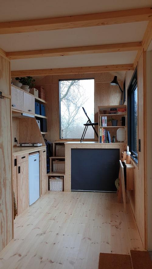 Det lilla arbetsrummet är byggt på en platå i köket med ett skrivbord ovanpå, och massor av förvaringsutrymme under.