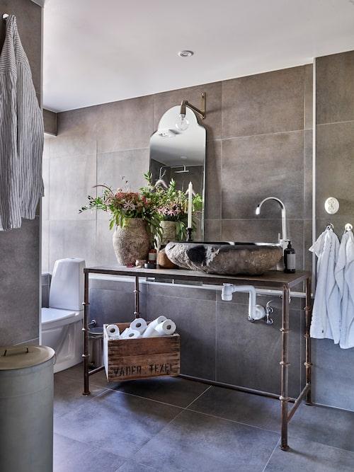 Tvättställ och urna, Fira Habitat. Bord, Olsson & Jensen. Spegel, Snowdrops Copenhagen. Handdukar, Lexington. Lampa, House Doctor. Nattskjorta, Granit.