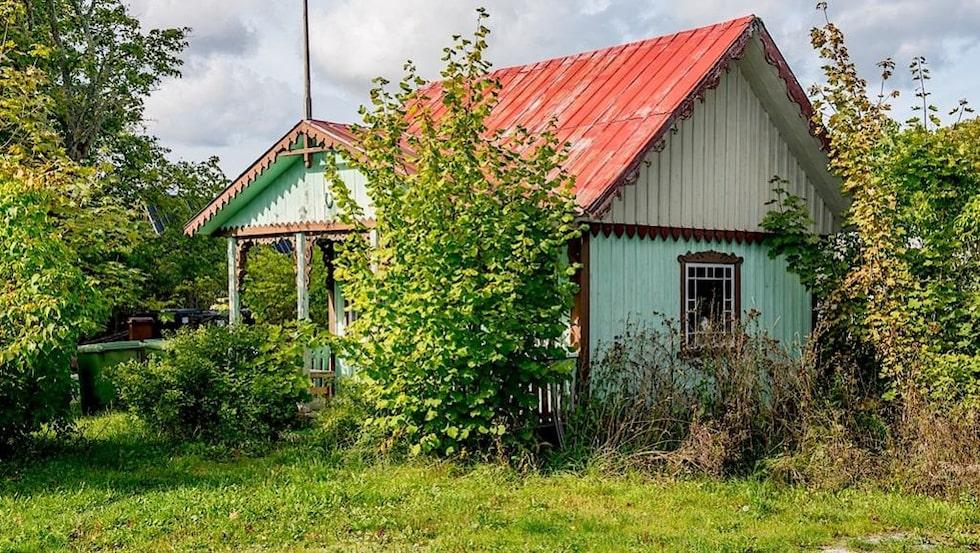 Charmig äldre byggnad som också används som förråd ingår i köpet.