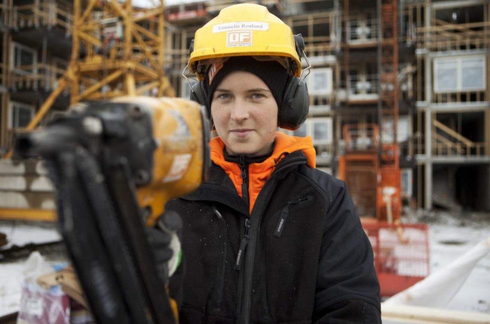 Snickaren Emmelie Renlund har fått årets Isabellestipendium. Ett stipendium som vill uppmuntra fler kvinnor att utbilda sig till hantverkare. Emmelie är också den första kvinnliga byggnadsarbetaren i fackförbundet Byggnads styrelse. På bygget på bilden jobbade hon som ensam kvinna bland 130 män.