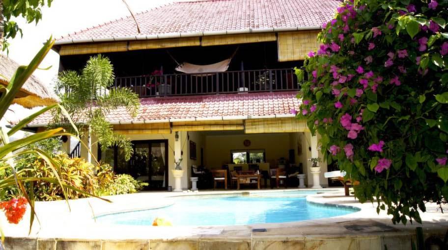 Villan har, förutom en stor takterrass med vilstolar, hängmatta, ett  barbord med stolar och ett biljardbord...
