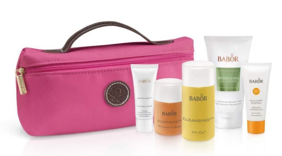 Spa-känslaNamn: Travel kit, BaborNecessär med fem rengörande produkter för ansikte och kropp samt solskydd. Pris: 460 kronor, 2,7 kronor per ml.Innehåller: Hy-öl Cleanser/50 ml, Hy-öl phytoactive base/30 ml, Oxygen energizing cream/20 ml, Lime mandarin shower gel/50 ml och Sun cream spf 20/20 ml. Material: Tygnecessär med blixtlås, engångsförpackningar samt en påfyllningsbar plastcylinder. Vikt: 281 gram.Övrigt: Hög kvalitet på tygnecessären med handtag och blixtlås.Expertens kommentar: Testets finaste necessär innehåller exklusiva basprodukter från märket som är ett av världens ledande Spa-märken. De små plastflaskorna med rengöring och ansiktsvatten kan fyllas på med nytt innehåll vilket ger pluspoäng, det gör också den fina necessären som även kan användas som sminkväska.Läs mer: www.skincity.se
