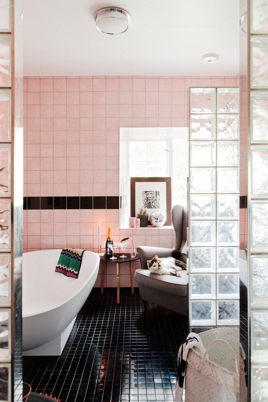 Badrummet fanns redan på plats när Amanda och Mathias flyttade in. Mångfärgad handduk från butiken Deco i Örebro. Rosa, flätad korg från butiken Nice i Örebro.