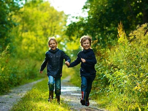 Ricordati di proteggere i bambini dalle zecche indossando pantaloni lunghi e maniche lunghe.  Si dice che i vestiti scuri proteggano meglio dalle zecche rispetto ai vestiti leggeri.