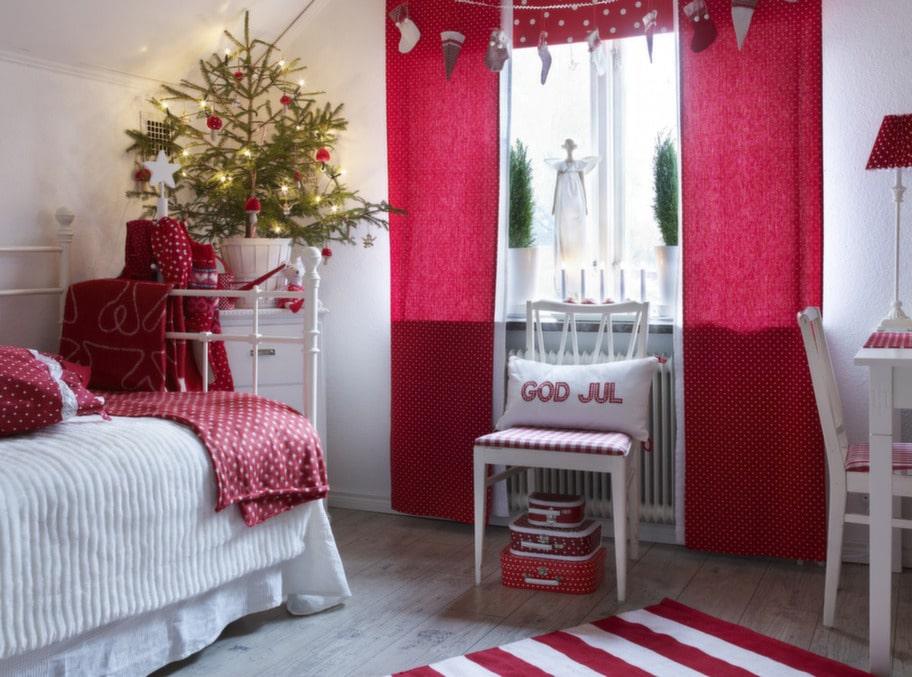 RÖTT & VITT. Hanna älskar rött, vitt och rosa och brukar vara med och bestämma vad hon vill ha för färgsättning på textilierna i sitt rum. Just nu är rummet rött och vitt.